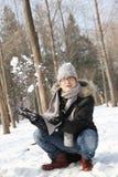 Ασιατικός όμορφος τύπος που ρίχνει το χιόνι στον αέρα στον κήπο Στοκ εικόνα με δικαίωμα ελεύθερης χρήσης