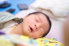 Ασιατικός ύπνος μωρών με το στόμα ανοικτό στοκ εικόνες