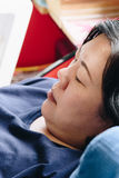 Ασιατικό άσπρο δέρμα της δεκαετίας του '40 γυναικών που σκέφτεται στον καναπέ στοκ εικόνα