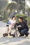 Ασιατικό άτομο που παίρνει την ηλικιωμένη μητέρα του για έναν περίπατο στοκ εικόνα με δικαίωμα ελεύθερης χρήσης