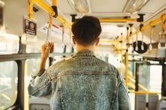 Ασιατικό άτομο που παίρνει τις δημόσιες συγκοινωνίες, που στέκονται μέσα στο λεωφορείο στοκ φωτογραφία με δικαίωμα ελεύθερης χρήσης