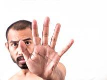Ασιατικό άτομο που παρουσιάζει σημάδι χεριών στάσεων στο άσπρο υπόβαθρο Στοκ φωτογραφία με δικαίωμα ελεύθερης χρήσης