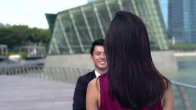 Ασιατικό άτομο που τρέχει για να χαιρετήσει το αγκάλιασμα φίλων του απόθεμα βίντεο