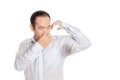 Ασιατικό άτομο που φορά την αποστροφή πουκάμισων με την κακή μυρωδιά του υγρού βραχίονά του Στοκ φωτογραφία με δικαίωμα ελεύθερης χρήσης