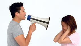 Ασιατικό άτομο που φωνάζει megaphone στη φίλη του φιλμ μικρού μήκους