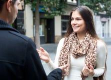 Ασιατικό άτομο που χαράζει το χαμογελώντας κορίτσι Στοκ εικόνα με δικαίωμα ελεύθερης χρήσης