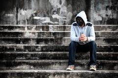 Ασιατικό άτομο στην άσπρη κουκούλα και μαύρη μάσκα με ταραγμένο Στοκ Φωτογραφία