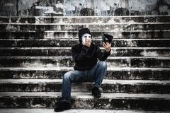 Ασιατικό άτομο στη μαύρη κουκούλα και λευκιά μάσκα με ταραγμένο Στοκ φωτογραφίες με δικαίωμα ελεύθερης χρήσης