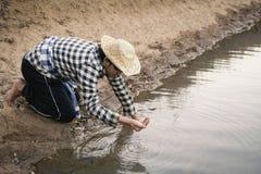 Ασιατικό άτομο στη φύση, κρίση της έννοιας ξηρασίας νερού Στοκ Φωτογραφίες