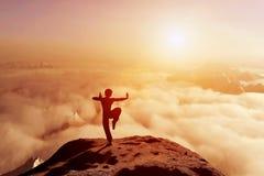 Ασιατικό άτομο meditates στη θέση γιόγκας επάνω από τα σύννεφα Στοκ Εικόνες