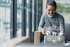 Ασιατικό ή ισπανικό άτομο που χρησιμοποιούν το lap-top και πληρωμή με πιστωτική κάρτα που ψωνίζει on-line με τη σύνδεση δικτύων π στοκ φωτογραφία