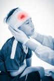 Ασιατικό αγόρι αθλητών με το τραύμα του κεφαλιού Στην άσπρη ανασκόπηση Στοκ Φωτογραφία