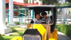 Ασιατικό αγόρι που απολαμβάνει τον κλασικό γύρο αυτοκινήτων Επιλεγμένη εστίαση Στοκ φωτογραφία με δικαίωμα ελεύθερης χρήσης