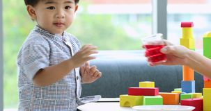 Ασιατικό αγόρι που παίζει στο εσωτερικό φιλμ μικρού μήκους