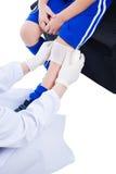 Ασιατικό αθλητικό αγόρι νεολαίας μπλε σε ομοιόμορφο κοινός πόνος μασάζ γονάτων υγείας προσοχής Στοκ φωτογραφία με δικαίωμα ελεύθερης χρήσης