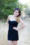 Ασιατικό αμερικανικό μαύρο φόρεμα γυναικών υπαίθρια μεμβρανοειδές Στοκ εικόνα με δικαίωμα ελεύθερης χρήσης