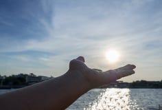 Ασιατικό αριστερό χέρι κοριτσιών Στοκ Φωτογραφία