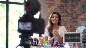 Ασιατικό βίντεο καταγραφής γυναικών για τα καλλυντικά με DSLR στο τρίποδο φιλμ μικρού μήκους