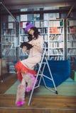 Ασιατικό βιβλίο ανάγνωσης σπουδαστών στη βιβλιοθήκη στοκ εικόνες με δικαίωμα ελεύθερης χρήσης