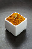 Ασιατικό βοτανικό μίγμα καρυκευμάτων στο σκοτεινό κεραμικό πιάτο Στοκ φωτογραφία με δικαίωμα ελεύθερης χρήσης
