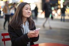 Ασιατικό γυναικών στο κινητό τηλέφωνο Στοκ Εικόνες