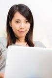 Ασιατικό γυναικών στο lap-top στοκ φωτογραφίες με δικαίωμα ελεύθερης χρήσης