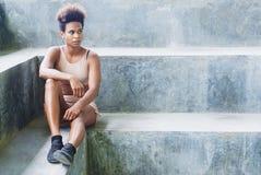 ασιατικό ειρηνικό κορίτσι αθλητών των Islander με το afro μετά από το workout που εκτελεί ασκώντας τις ρουτίνες στοκ φωτογραφία με δικαίωμα ελεύθερης χρήσης