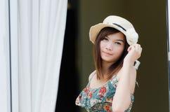 ασιατικό ελκυστικό καπέλο που φορά τη γυναίκα Στοκ φωτογραφία με δικαίωμα ελεύθερης χρήσης