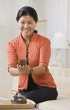 Ασιατικό εξυπηρετώντας τσάι γυναικών. στοκ εικόνα