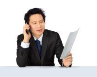 Ασιατικό επιχειρησιακό άτομο Μεσαίωνα στο τηλέφωνο Στοκ Εικόνες