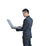 Ασιατικό επιχειρησιακό άτομο που χρησιμοποιεί το φορητό προσωπικό υπολογιστή που απομονώνεται στο άσπρο backg Στοκ εικόνες με δικαίωμα ελεύθερης χρήσης