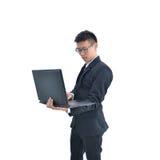 Ασιατικό επιχειρησιακό άτομο που χρησιμοποιεί το φορητό προσωπικό υπολογιστή που απομονώνεται στο άσπρο backg Στοκ φωτογραφίες με δικαίωμα ελεύθερης χρήσης