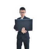 Ασιατικό επιχειρησιακό άτομο που χρησιμοποιεί το φορητό προσωπικό υπολογιστή που απομονώνεται στο άσπρο backg Στοκ Φωτογραφίες