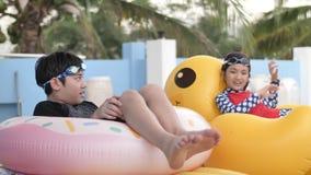 Ασιατικό ευτυχές παιχνίδι αδελφών και αδελφών στη λίμνη με το πρόσωπο χαμόγελου απόθεμα βίντεο
