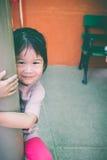 Ασιατικό εύθυμο χαμόγελο παιδιών και εξέταση τη κάμερα υπαίθρια Στοκ Φωτογραφίες