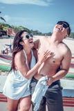 Ασιατικό ζεύγος που έχει τη διασκέδαση στην παραλία του τροπικού νησιού του Μπαλί, Ινδονησία Στοκ Φωτογραφία