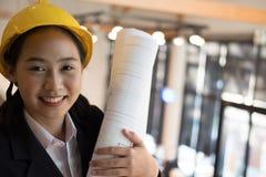 Ασιατικό θηλυκό σχεδιάγραμμα κατασκευής εκμετάλλευσης μηχανικών αρχιπελαγών στοκ φωτογραφία