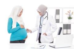 Ασιατικό θηλυκό obstetrician με τον ασθενή της Στοκ φωτογραφίες με δικαίωμα ελεύθερης χρήσης