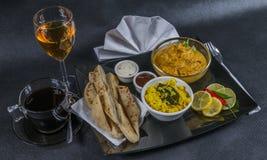 Ασιατικό ινδικό καθορισμένο naan ψωμί του Korma κοτόπουλου, πιάτο, καφές, W Στοκ Εικόνες