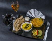 Ασιατικό ινδικό καθορισμένο naan ψωμί του Korma κοτόπουλου, πιάτο, καφές, W Στοκ Φωτογραφία