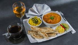 Ασιατικό ινδικό καθορισμένο naan ψωμί masala tikka κοτόπουλου, άσπρο pla Στοκ Φωτογραφίες
