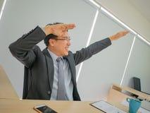 Ασιατικό κάθισμα επιχειρησιακών ατόμων πολύ ευτυχές επειδή το χρηματιστήριό του γ στοκ φωτογραφία με δικαίωμα ελεύθερης χρήσης