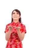Ασιατικό κινεζικό κορίτσι που ευλογείται στο παραδοσιακό κινέζικο Στοκ Εικόνες