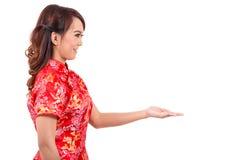 Ασιατικό κινεζικό κορίτσι που ευλογείται στο παραδοσιακό κινέζικο Στοκ εικόνα με δικαίωμα ελεύθερης χρήσης
