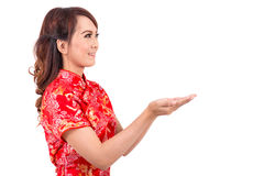 Ασιατικό κινεζικό κορίτσι που ευλογείται στο παραδοσιακό κινέζικο Στοκ εικόνες με δικαίωμα ελεύθερης χρήσης