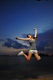 Ασιατικό κινεζικό κορίτσι που πηδά για τη χαρά Στοκ Εικόνα