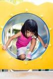Ασιατικό κινεζικό μικρό κορίτσι που σέρνεται στην παιδική χαρά Στοκ Φωτογραφία