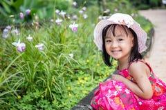 Ασιατικό κινεζικό παιχνίδι μικρών κοριτσιών στον υπαίθριο κήπο Στοκ Φωτογραφία