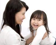 ασιατικό κορίτσι λίγη μητέρ