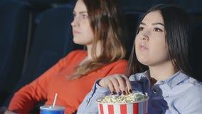 Ασιατικό κορίτσι με μια φίλη στον κινηματογράφο απόθεμα βίντεο